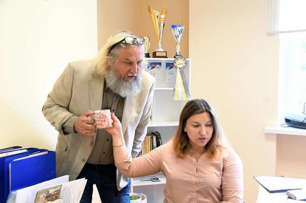 Mart Tõnismäe  ja Agris Juhkov jagavad omavahel kolme sangaga tassi ja uurivad hoovimüügi päevale registreerunute nimekirja Foto Urmas Saard