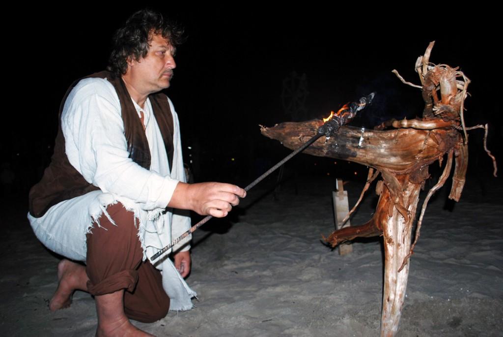 Mart Tõnismäe muinastulede ööl Pärnu rannas aastal 2012 Foto Urmas Saard
