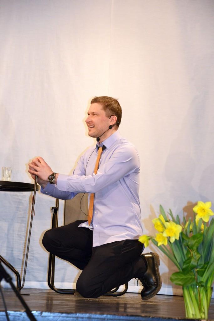 Martin Algus Palamusel Lutsu huumoripreemia laureaadi vannet andmas. Foto: Aivar Kokk
