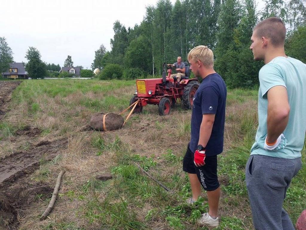 Martin Kuldmägi sikutab traktoriga suuri kivisid tulevaselt Sindi jalgpallistaadionilt minema Foto Marko Šorin