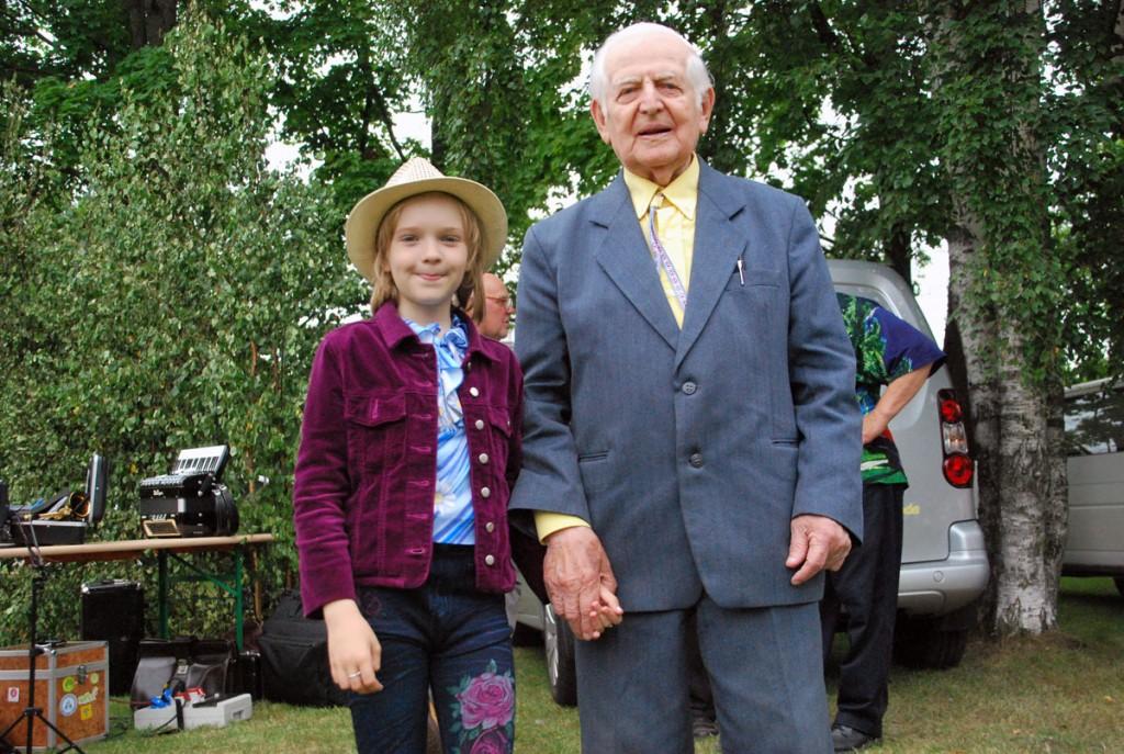Mary-Helena Veerits ja Henno Sepp, üks noorimaid ja kõige vanem Külapillimeeste kokkutulekul osaleijaid Foto Urmas Saard