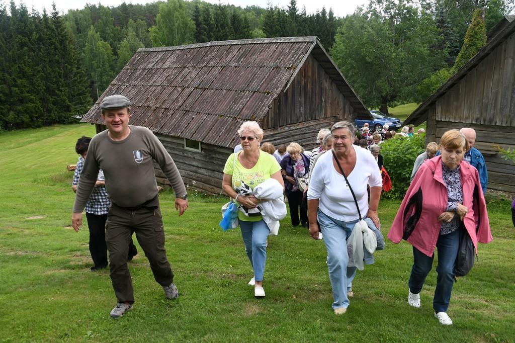 Meelis Mõttus läheb koos külalistega metsavenna punkrisse Foto Urmas Saard