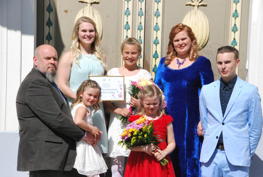 Merle Laidro, Pärnumaa aasta ema 2016, ühiselt oma perega Pärnu raekoja paraaduksel Foto Urmas Saard