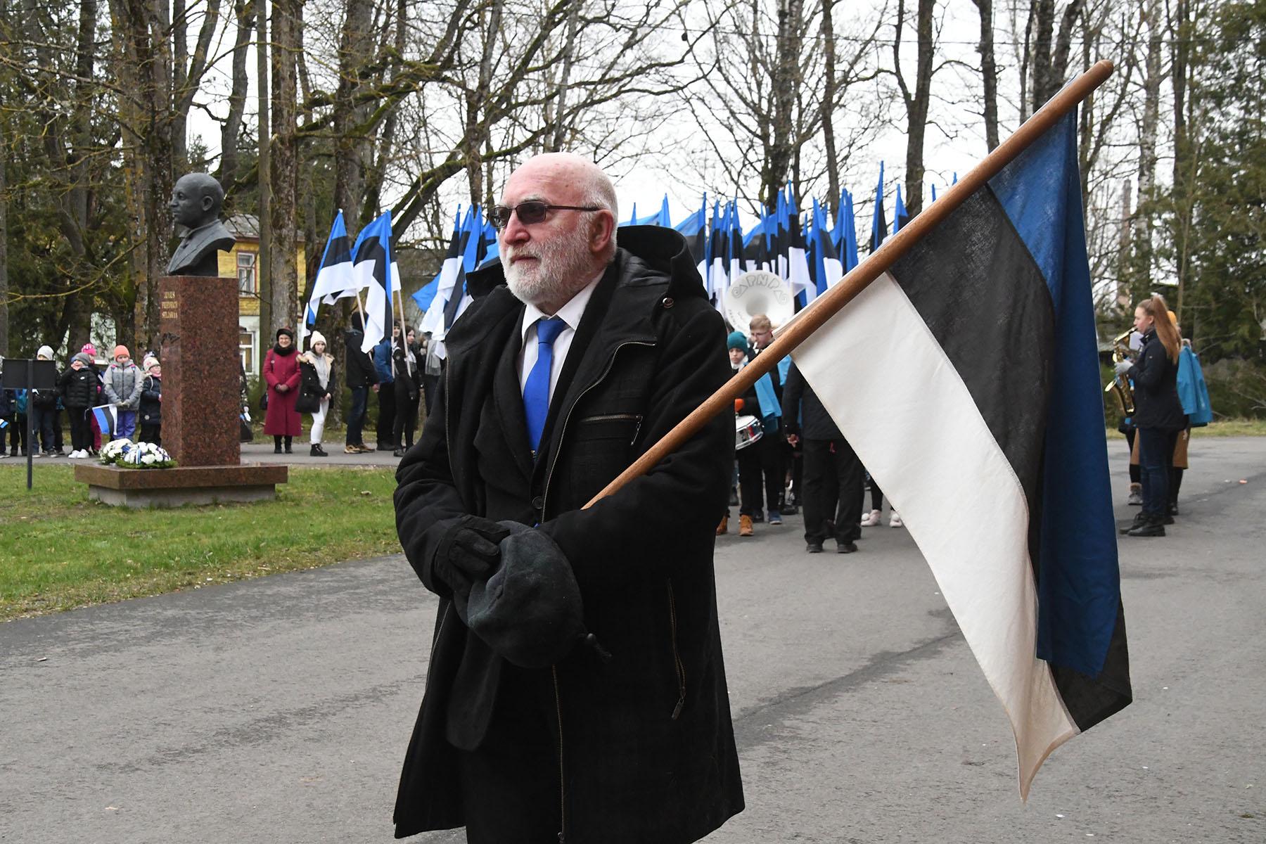 Mihkel Kalamees, Tori vallavolikogu aseesimees, erilise lipuga Eesti Vabariigi 102. aastapäeva paraadil Sindis. Foto Urmas Saard