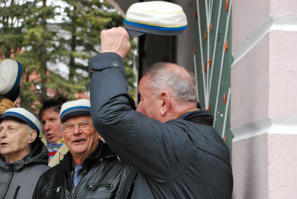 Mihkel Lüdigi nimeline meeskoor tervitab Pärnus Tallinna väravate all kevadet Foto Urmas Saard