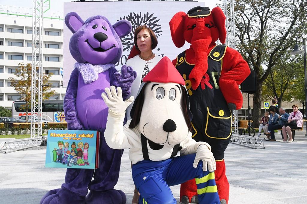 Minister Mailis Reps sõbralike maskottide keskel Foto Urmas Saard