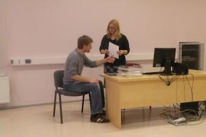 Sekretäride kutsevõistluse võitja Monika Rogenbaum lahendamas situatsiooniülesannet näitleja Andres Ojaga. Foto: SA Innove