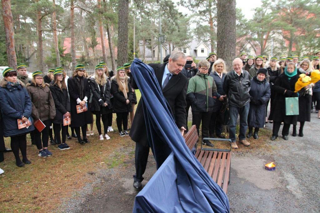 Nõmme gümnaasiumi direktor Riho Uulma eemaldab katte Alfred Teastele pühendatud pingilt Foto Jukko Nooni