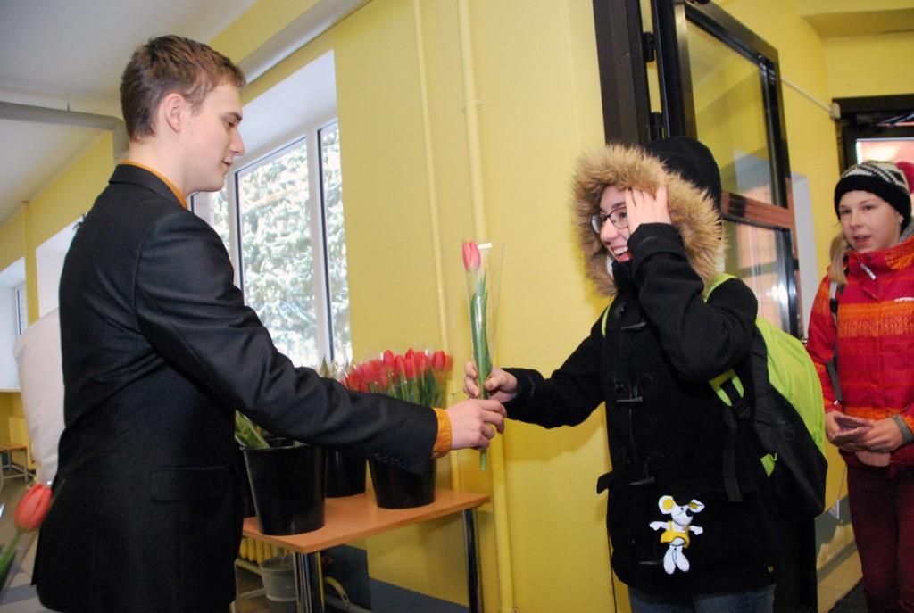 Naistepäeva lilled kooliõele Foto Urmas Saard