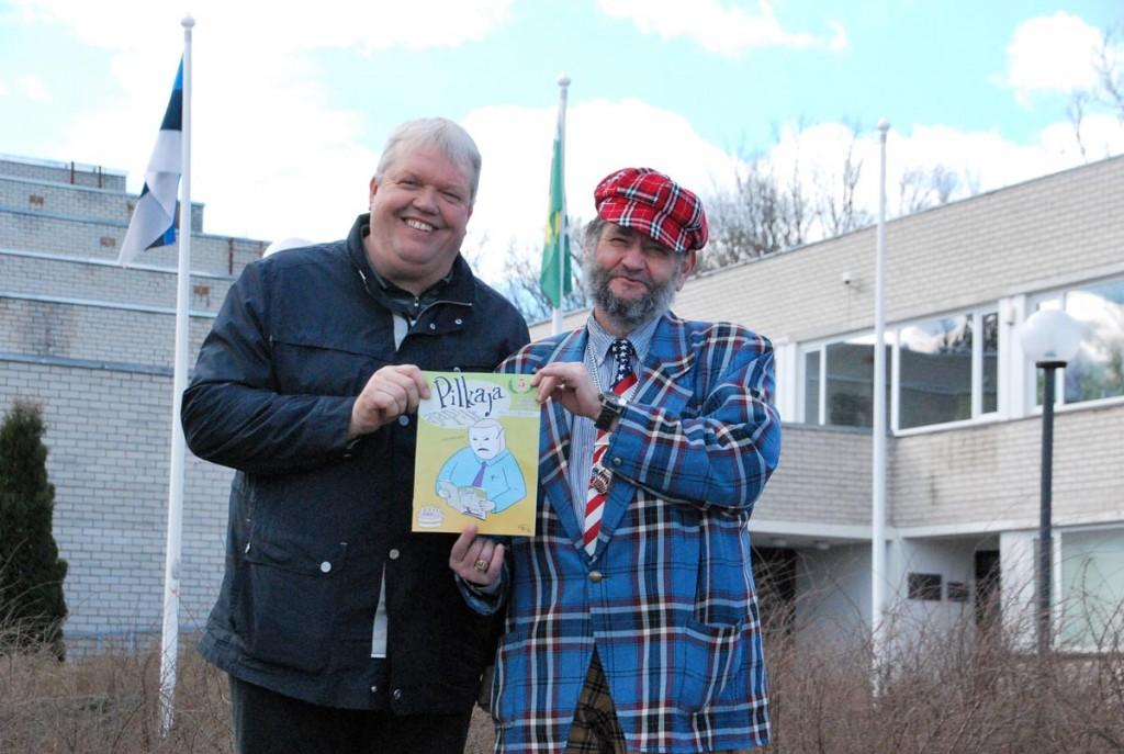 Naljamehed Mati Michelis ja Raimo Aas alustasid Vändras näituse avamist lippude ees pildistamisega, paraku polnud tuulel parajasti lusti nende auks lippe uhkelt lehvima puhuda Urmas Saard