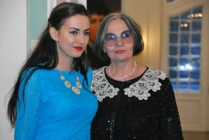 Nicole oma vanaema Alla Meosega külalisi vastu võtmas Foto Urmas Saard