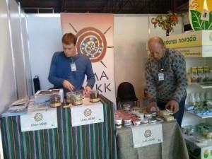Niilo Tiit ja John Cirieco Riias oma toodangut paigutamas. Foto: Võru maavalitsus