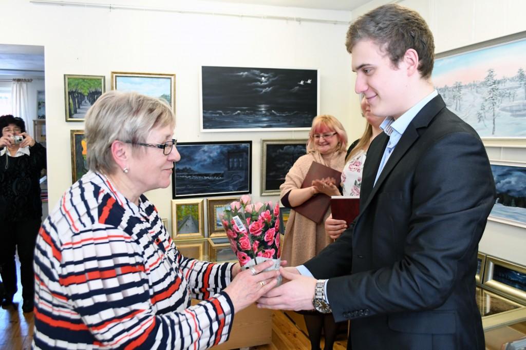 Noor kunstnik Egon Gentalen kingib õpilasteatri poolt Vanda Kirikalile lillekimbu Foto Urmas Saard