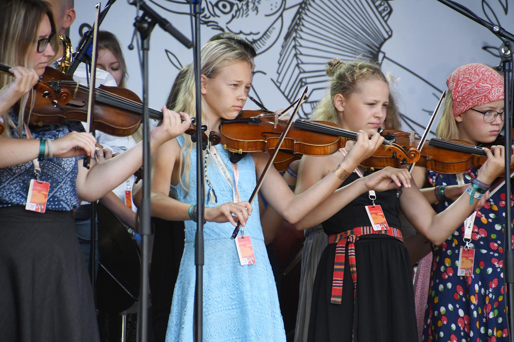 Noored viiuldajad XXVII Viljandi pärimusmuusika festivali avakontserdil Telia Kaevumäe laval. Foto Urmas Saard