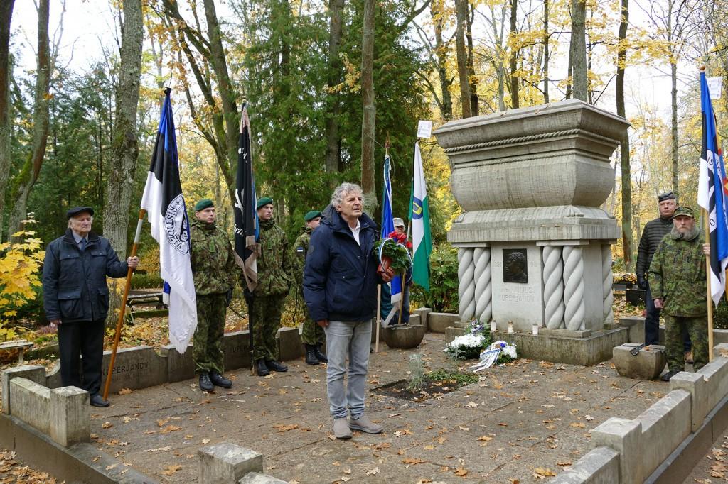 Olev Teder Julius Kuperjanovi hauamonumendi juures. Foto Edgar Saar