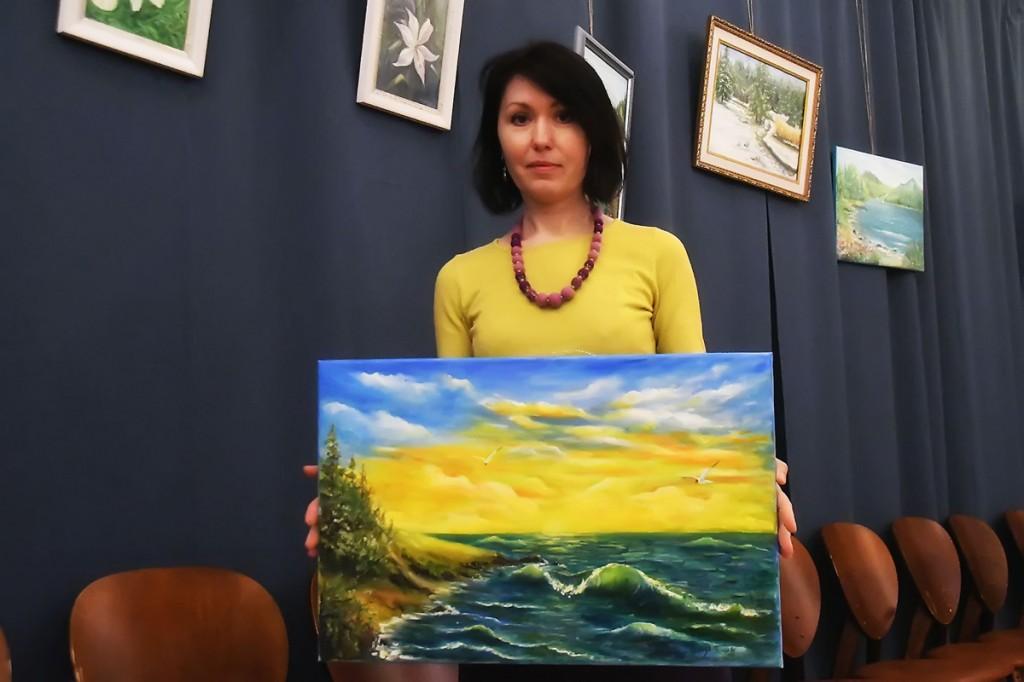 Olga Belash-Karasjova oma maalidega  Foto Urmas Saard