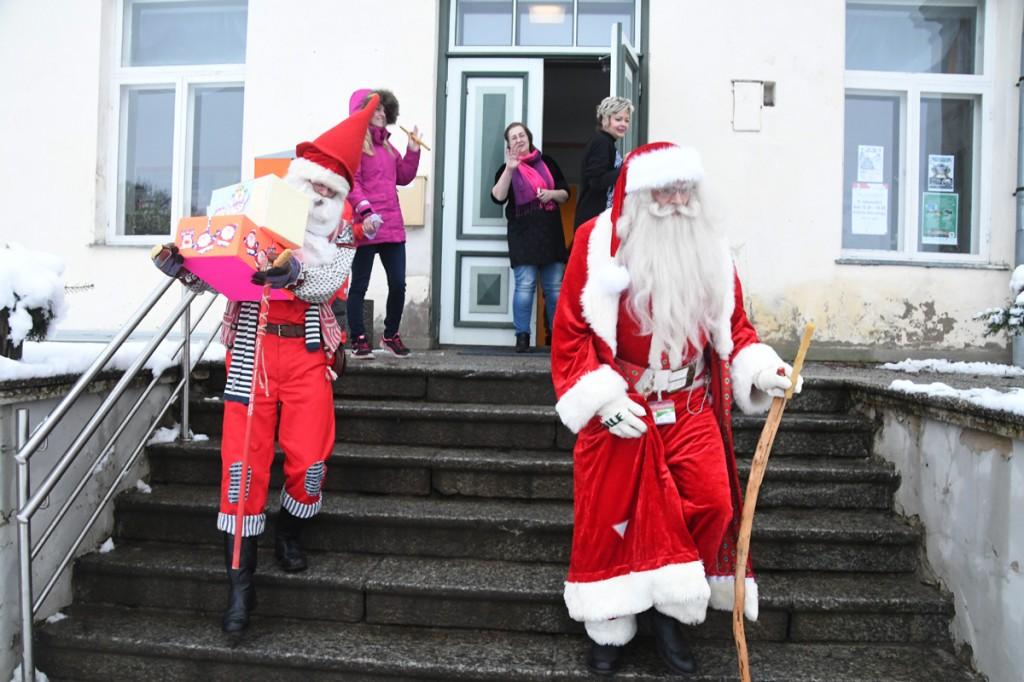 Päkapikk Jan ja jõulutaat Olle lahkuvad Vohnja mõisast paljude laste kirjade ja heade muljetega Foto Urmas Saard