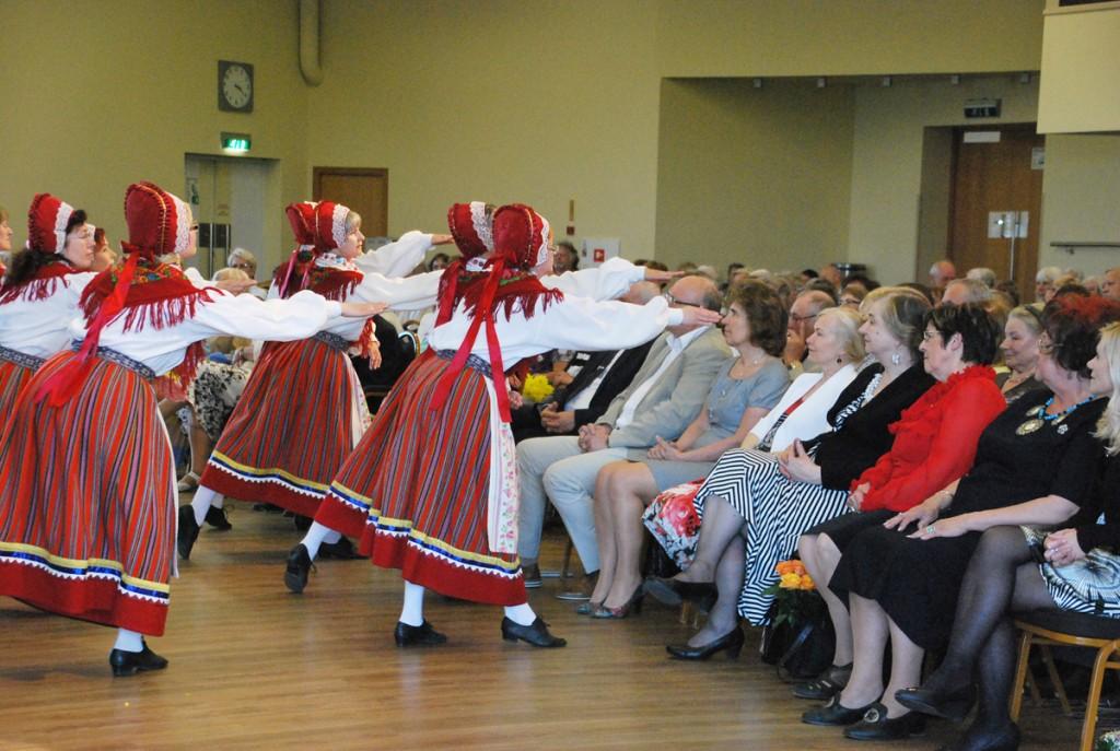 Pärnu õpetajate naisrühm esineb TÜ Pärnu kolledži väärikate ülikooli õppeaasta lõpetamise pidulikul aktusel Foto Urmas Saard