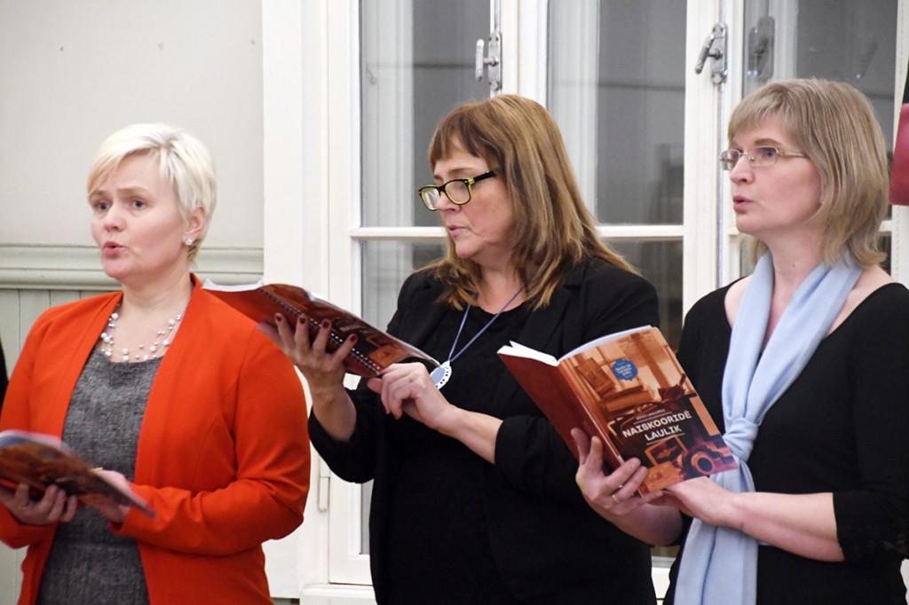 Pärnu Aianduse ja Mesinduse seltsi projektkoori lauljad Raeküla Vanakooli keskuses. Foto Urmas Saard