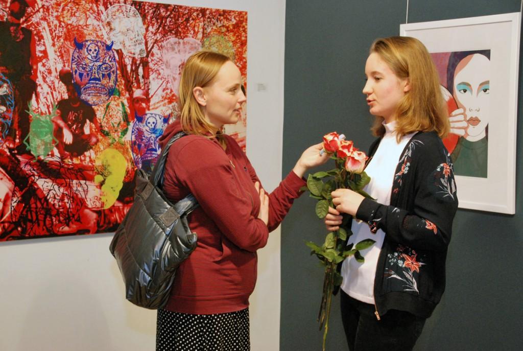 Pärnu Postimehe ajakirjanik Anu Jürisson usutleb Elisabeth Teinburgi Foto Urmas Saard