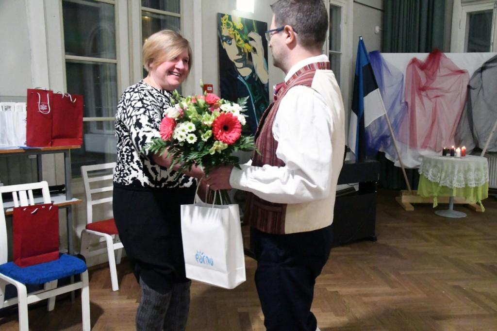 Pärnu abilinnapea Marko Šorin tänab Läti nädala peakorraldajat Piia Karro-Selga Foto Urmas Saard