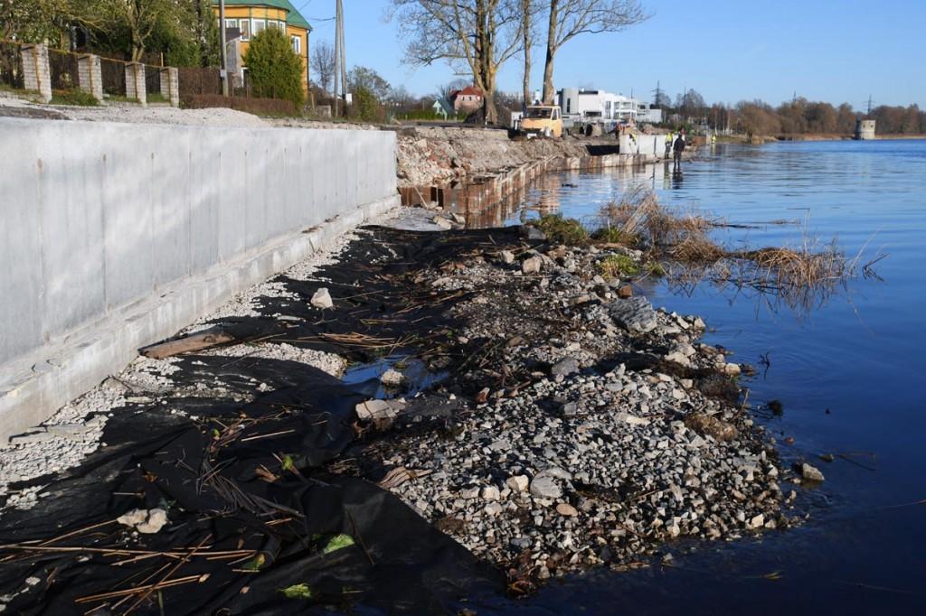 Pärnu jõe paremkaldal kindlustatakse Jaansoni rada betoonivaluga Foto Urmas Saard