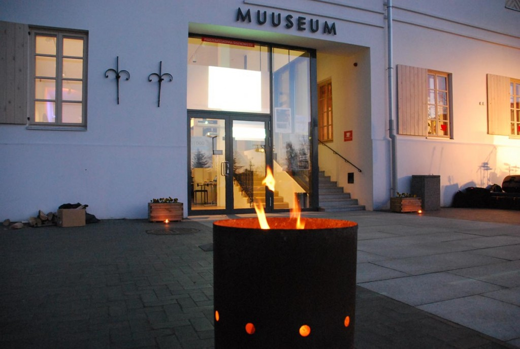 Pärnu muuseumi juures oodatakse jüriöö märgutule märkamist Foto Urmas Saard 2