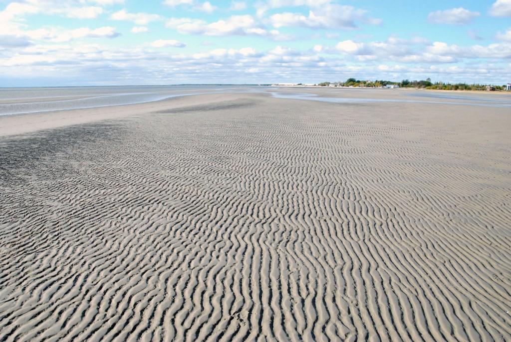 Pärnu rannaliival võib peaaegu kuiva jalaga jalutada kaugemale, kui kaunil suvepäeval vetelpääste lubaks suplejatel ujuda Foto Urmas Saard