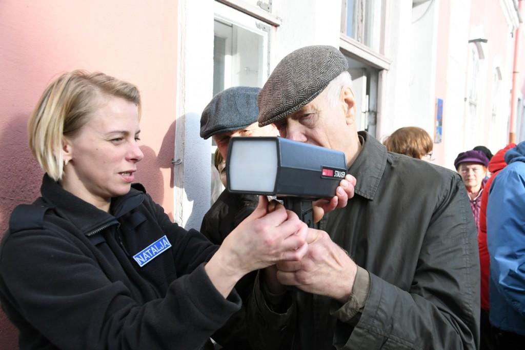 Pärnu väärikad mõõdavad Eesti Politseimuuseumi eest mööduvate autode kiirust Foto Urmas Saard