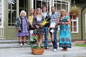 Pärnumaa kogukonna pärl 2012: Kadri-Aija ja Vahur Viigi pere. Foto: Külaliikumine Kodukant
