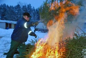 Pärnumaal Paikuse alevis on kujunenud heaks tavaks ühine kuuskede põletamine kolmekuninga- ja kanutipäeva vahelisel ajal Foto Urmas Saard