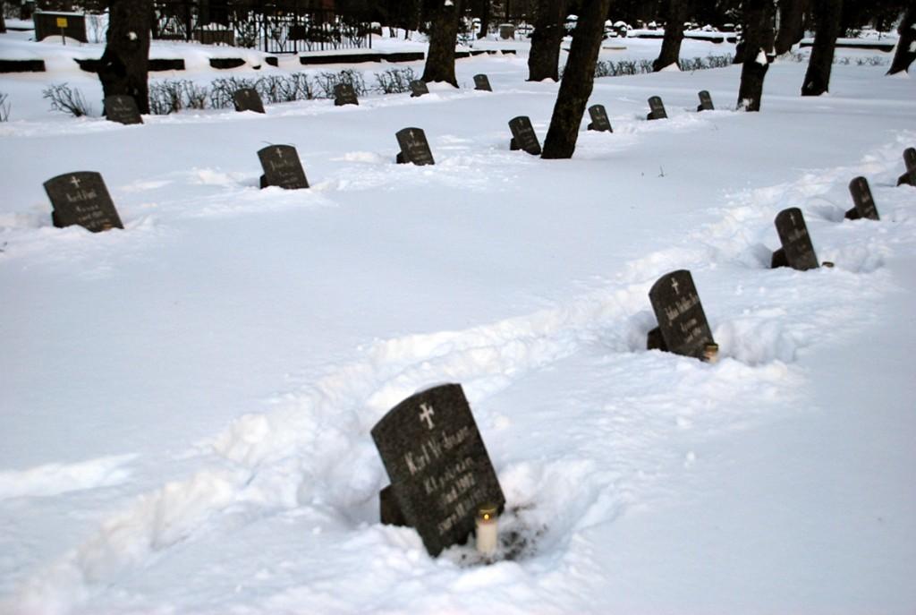 40852a713ce Pärnus Alevi kalmistul Vabadussõjas langenute kalmudel süüdatud küünlad Foto  Urmas Saard