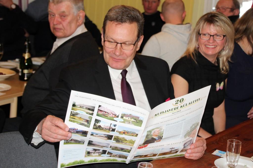 Põhja-Sakala vallavolikogu esimees Arnold Pastak loeb Kuhjavere küla ajalehte. Foto Marko Reimann
