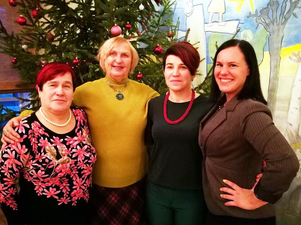 Paremalt õed Birgit Nisu ja Vaike Niklus, Luule Komissarov ja õdede ema Juta Nisu. Foto Kamari haridusselts