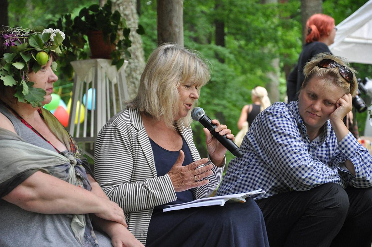 2f200a3c9b5 Peakorraldaja Imbi Paju, kirjanik Eeva Park ja kunstnik Lilli-Krõõt Repnau  Võtikvere raamatpeol 2017