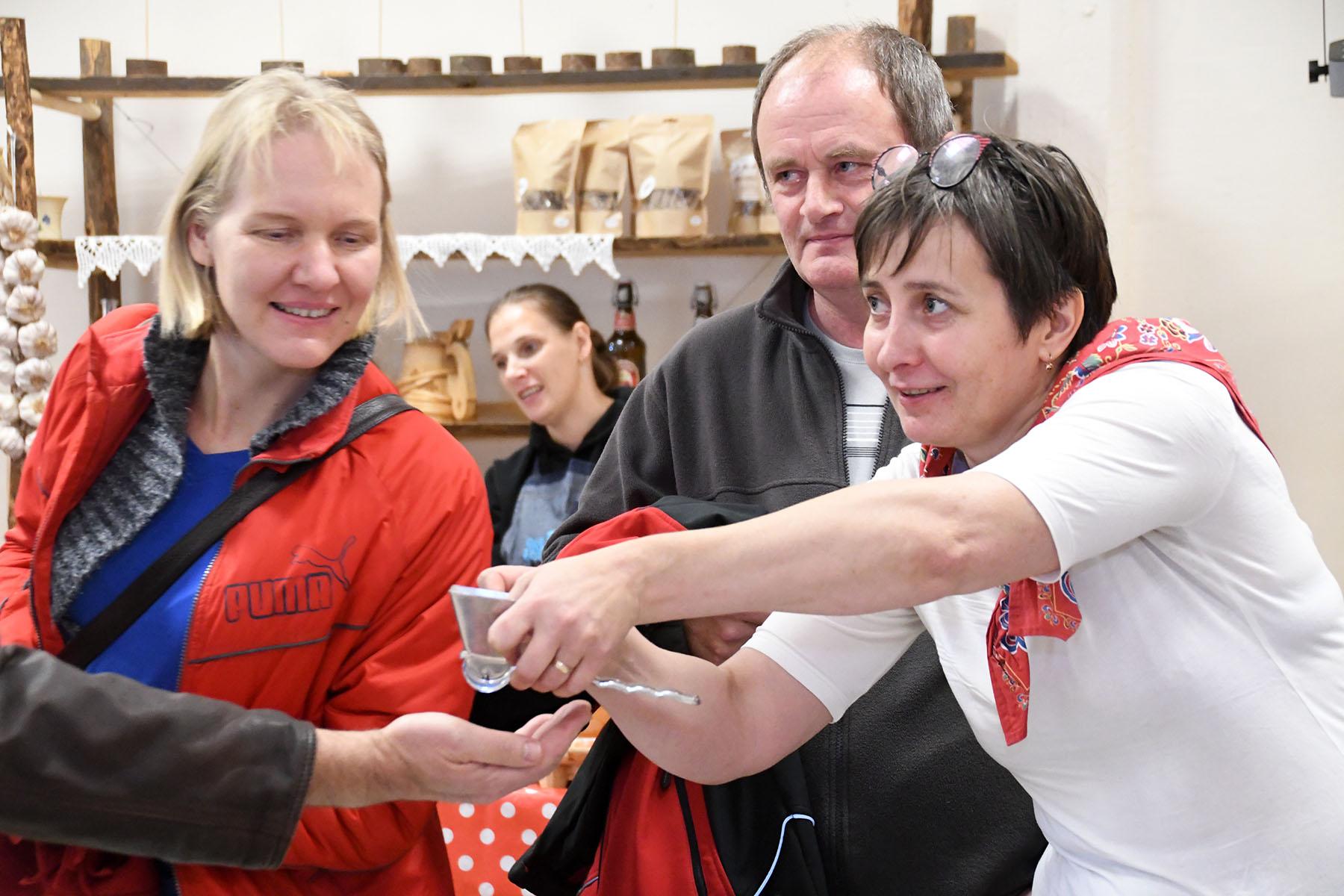 Perebändi Rannarada muusik Ülle Ots hindab Seljametsa sügislaadal Valdu Välimäe kogus leiduva vändaga kodumasina headust. Foto Urmas Saard