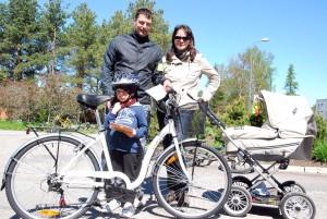 Pereisa Silver Schliep võitis loosi tahtel ratta, matkal olid ühes abikaasa Anu, 4-kuune Marten ja 5-aastane Sander Foto Urmas Saard