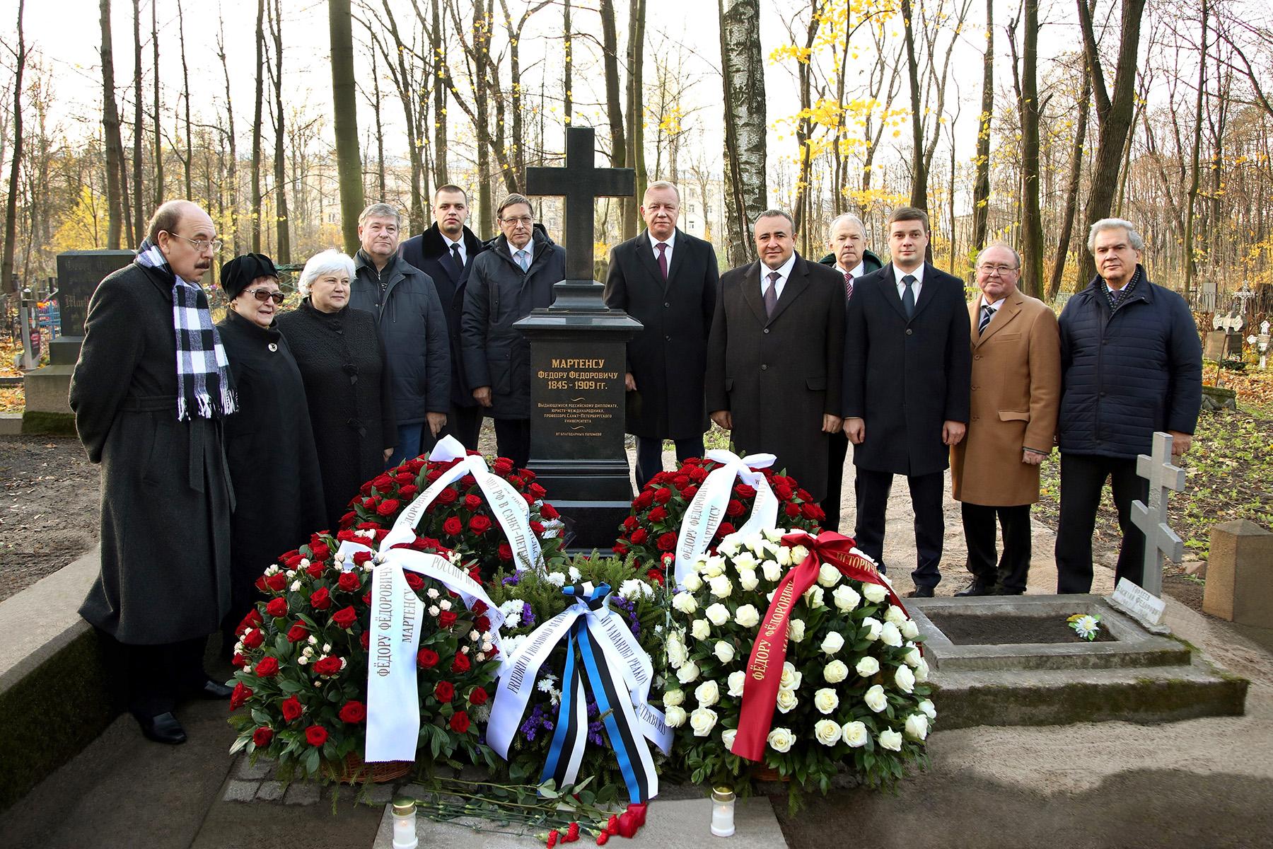 Peterburi Volkovi kalmistul professor Martensile avatud hauatähise juures. Foto Jüri Trei