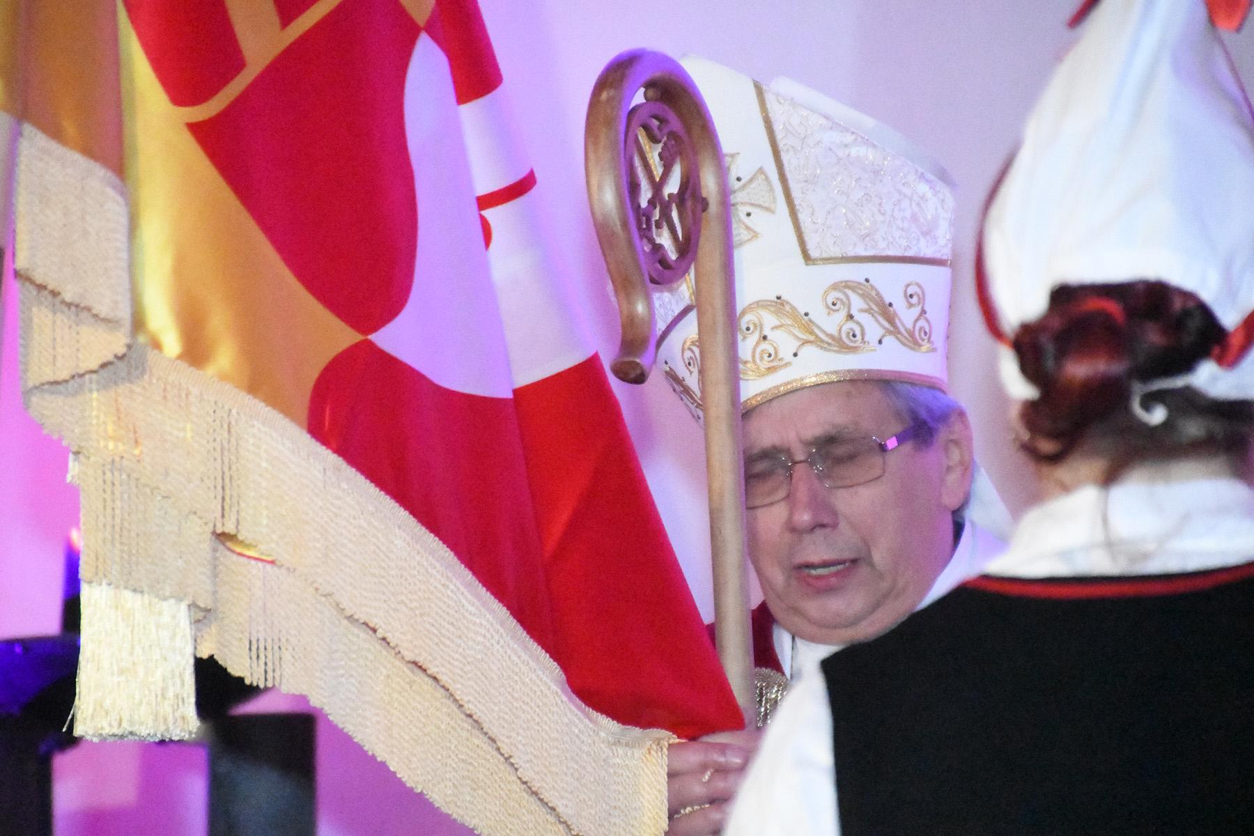 Piiskop Joel Luhamets õnnistab Tori valla lippu Foto Urmas Saard