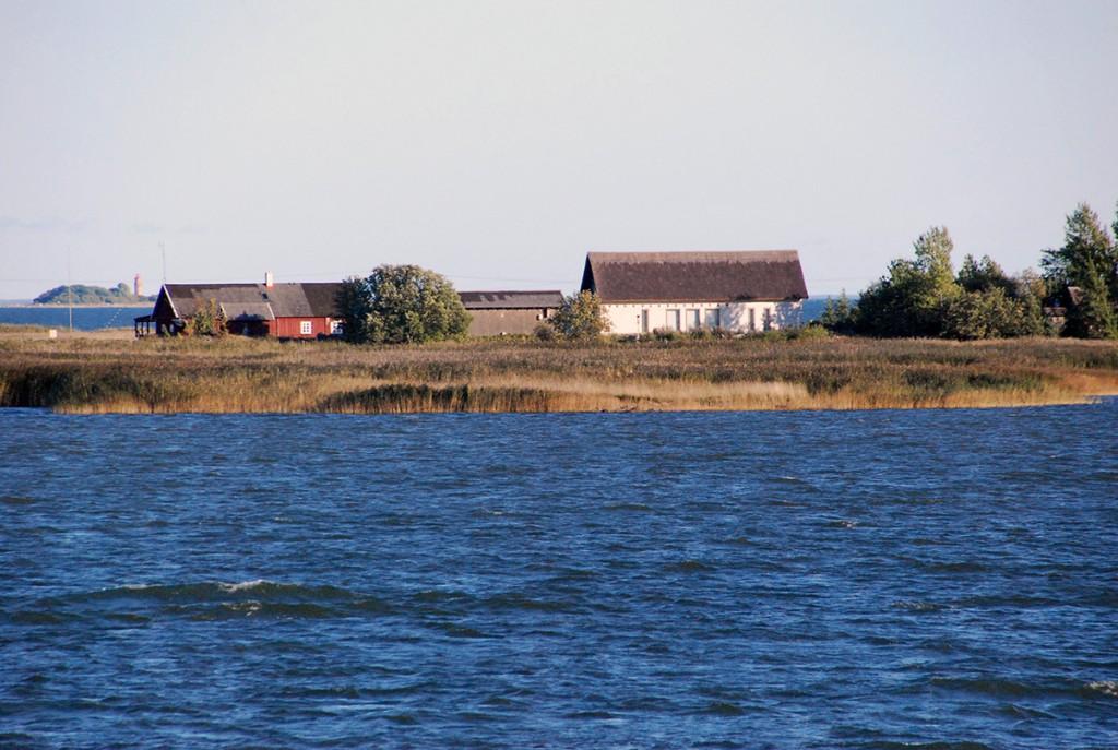 Pildil Manija saar, muuseumi hoone ja külakeskusega Foto Urmas Saard