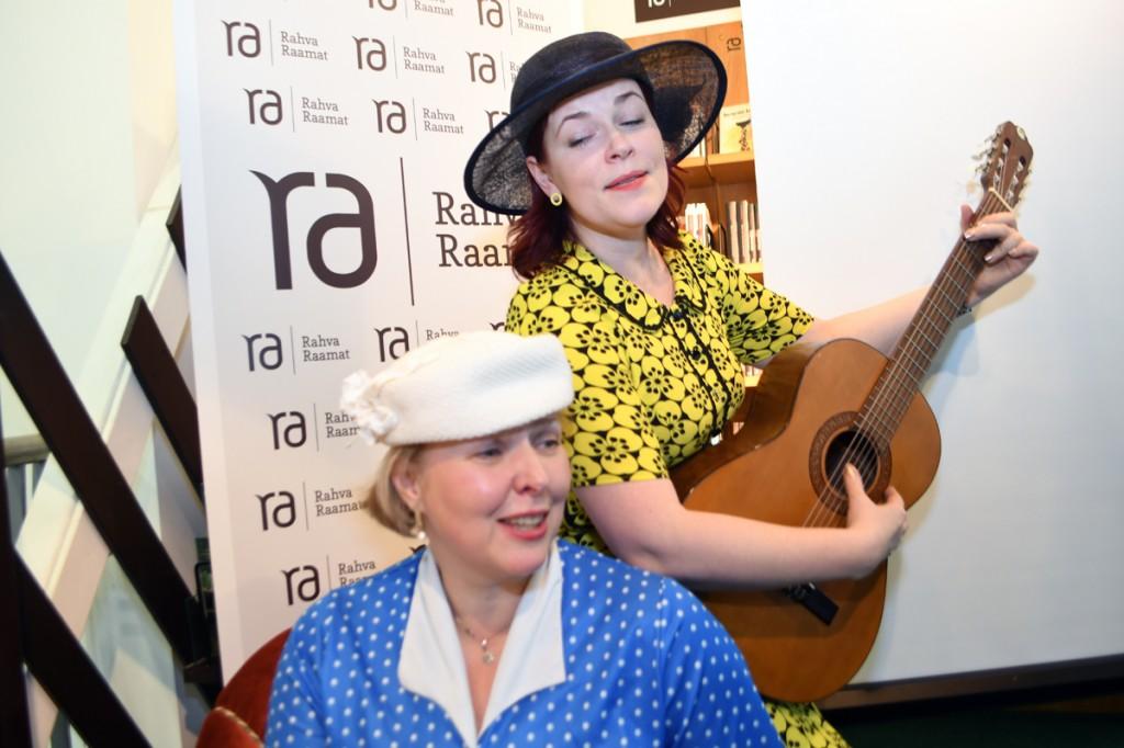 Piret Tali ja Annely  Adermann Minu Pärnu raamatuesitlusel Pärnus Foto Urmas Saard