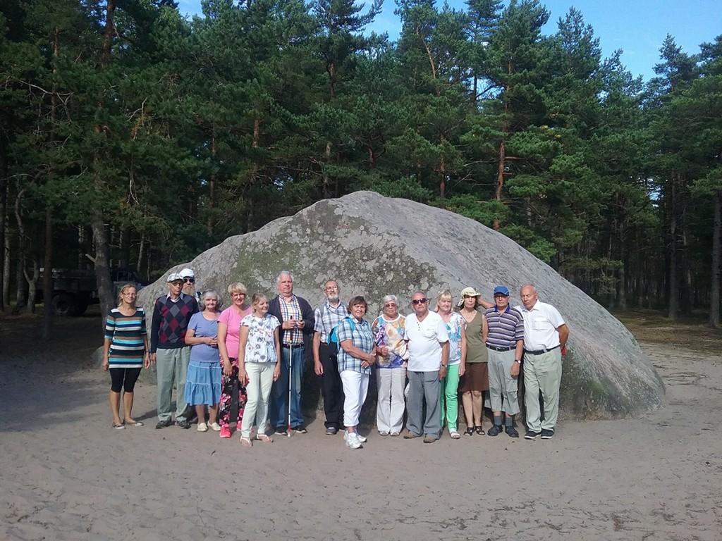 Prangli saare matkarajal Punase kivi juures (paremalt viies on Aldo Kals) Foto Sirje Ernits
