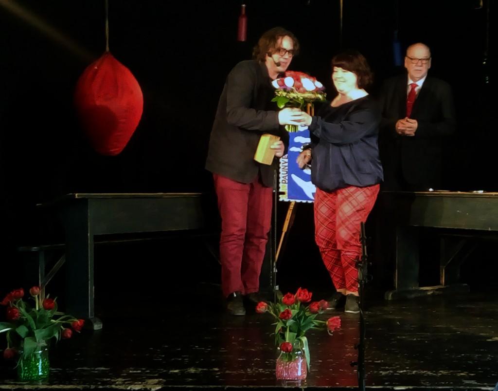 Preemia üleandmine Palamuse rahvamajas. Pildil Urmas Lennuk, Ilona Piirimägi ja Aare Olgo. Foto Jaan Lukas