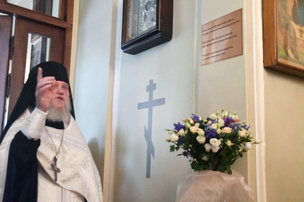 Preester Iona on avanud Pärnu Suurmärter Katariina kirikus mälestusplaadi Konstantin Pätsi ja tema abikaasa Helma Wilhelmine Peedi laulatuse mälestuseks Foto Urmas Saard