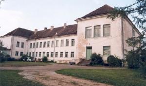Fotol Puka koolimaja veel renoveerimata katusega. Foto: register.muinas.ee