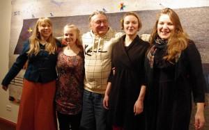 Pulga Jaan ja piigavägi (kuralt): Kalkuna Mari, Karu Kadri, Platsi Liiso ja Hintsi Anna. Foto: Harju Ülle, Uma Leht