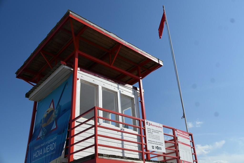 Punane lipp Pärnu keskrannas hoiatab sinivetikate eest. Foto Urmas Saard
