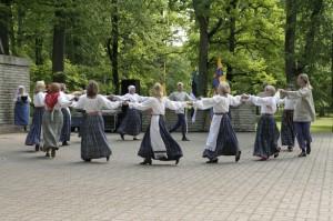 Röntyskä esinemas Eesti ingerisoomlaste XIX laulu- ja tantsupeol Jõhvis 14.06.2009. Foto: Röntyskä arhiiv.