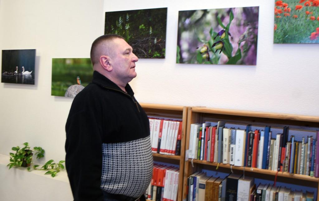 Raigo Paulberg vaatab Sindi linnaraamatukogus Helen Parmeni loodusfotode isiknäitust Foto Urmas Saard