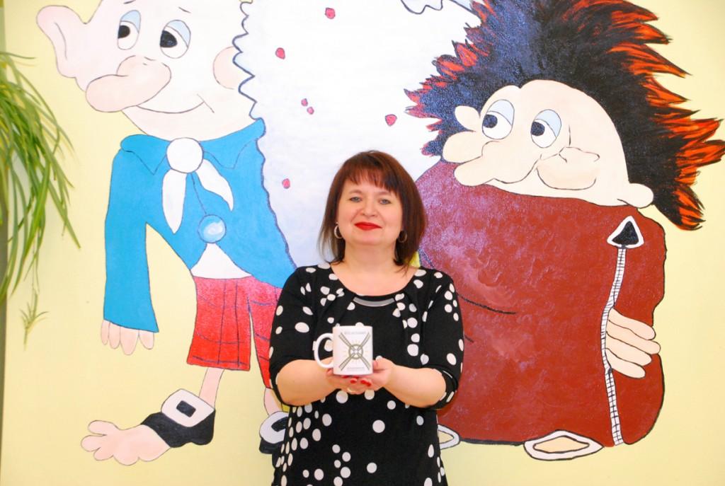 Raili Juss hoiab käes Eesti kodanikuajakirjanduse seltsi poolt kingitud Külauudiste logoga tassi Foto Urmas Saard